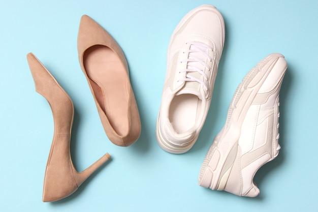 Scarpe per bambini e scarpe da ginnastica da donna su uno sfondo colorato vista dall'alto