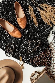 Scarpe, vestito a pois, orologio, cappello, bracciale, occhiali da sole