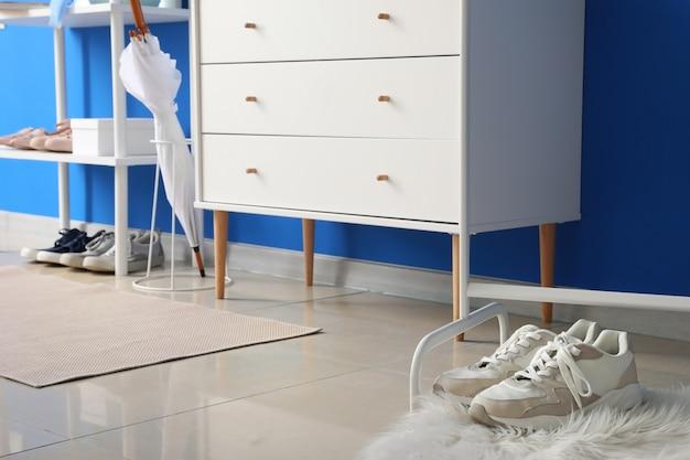 Scarpe sul tappeto in una sala moderna