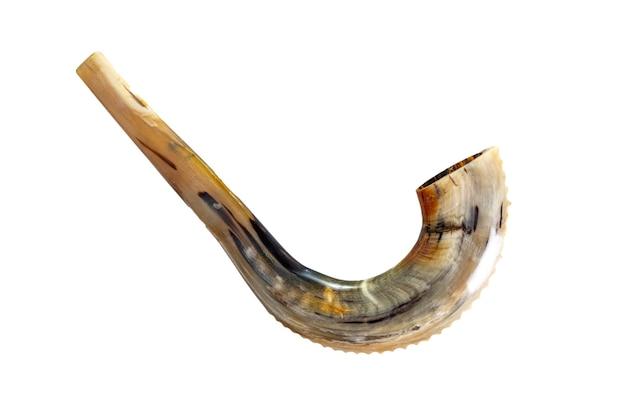 Shofar (corno) su sfondo bianco. rosh hashanah.yom kippur simbolo tradizionale della festa ebraica.