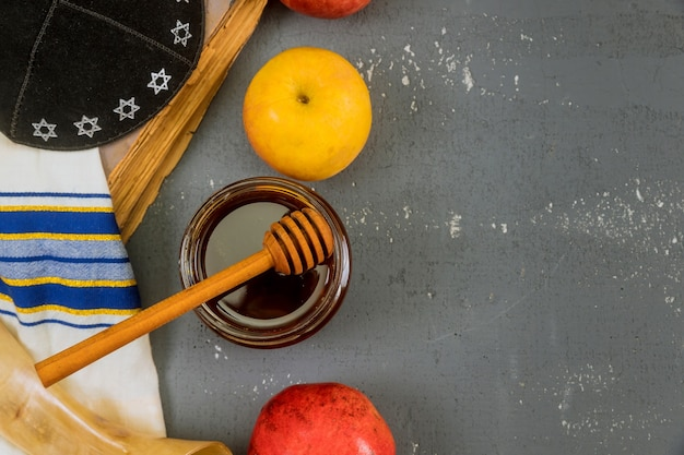 Shofar e tallit con vasetto di miele in vetro e mele mature fresche. simboli di capodanno ebraico. rosh hashanah