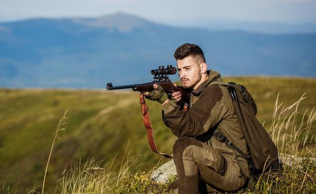Avvistamento del tiratore nel bersaglio. l'uomo è a caccia. fucile da caccia.