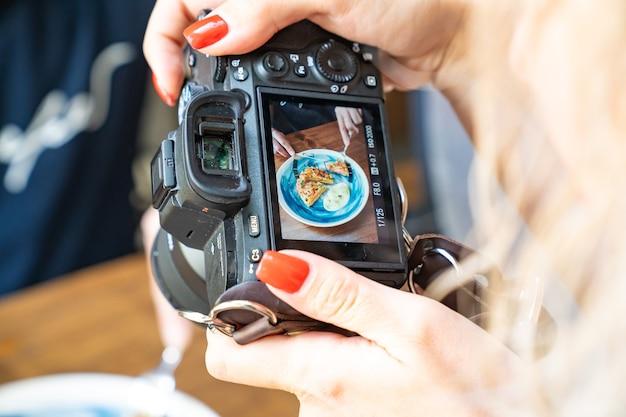 Ripresa di cibi deliziosi e belli con la tua fotocamera. foto per social network, pubblicità e menu di bar o ristoranti.