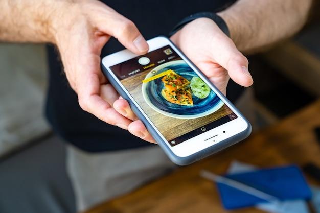 Scattare cibo delizioso e bello sul tuo smartphone. foto per social network, pubblicità e menu di bar o ristoranti.