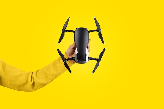 Concetto di dispositivo di ripresa con drone tenuto in mano isolato