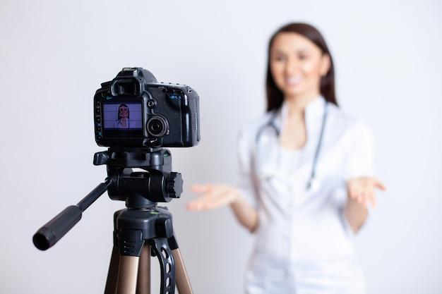 Riprese per un vlog medico una dottoressa registra un video di formazione per i suoi abbonati e pazienti dottore blogger dottore online telemedicina