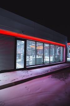 Fai la spesa in una stazione di servizio in una notte d'inverno.
