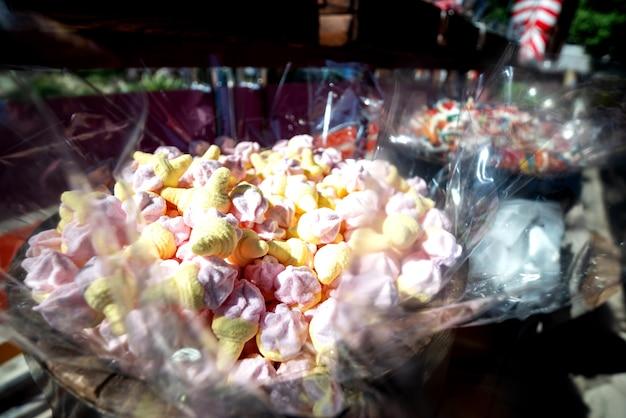 Vetrina con dolci colorati, caramelle gommose e marmellate.