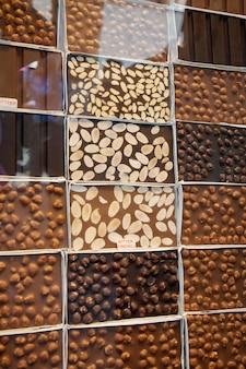 Vetrina con diverse varietà di cioccolato. alimenti dolci e dessert.
