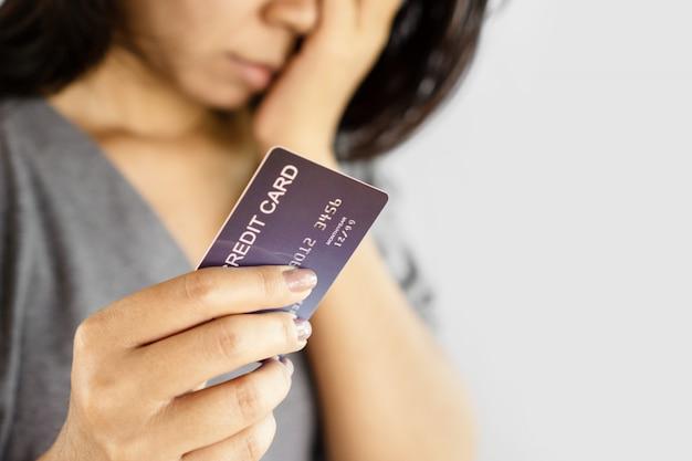 Donna shopaholic che ha problemi con il debito dalla carta di credito