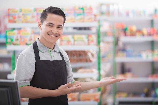 Negoziante in un negozio di alimentari