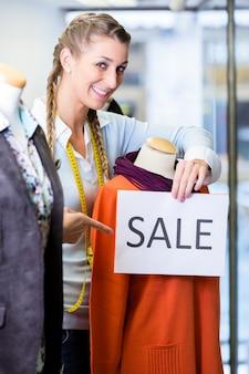 Negoziante che lavora alle vendite promozionali