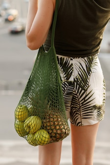 Shopper con frutta nelle mani della ragazza