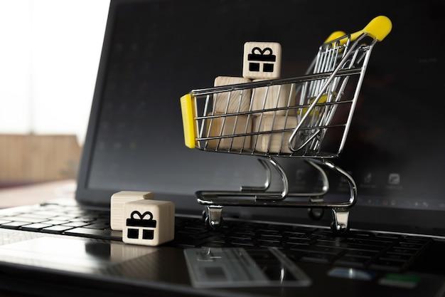Cestino della spesa vicino alla nota-faggio. shopping online, calcolo della mappa senza uscire di casa