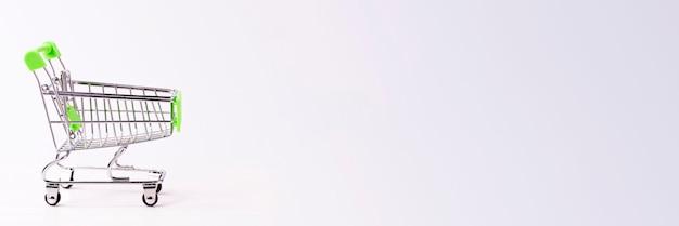 Carrello isolato su sfondo bianco con posto per il testo
