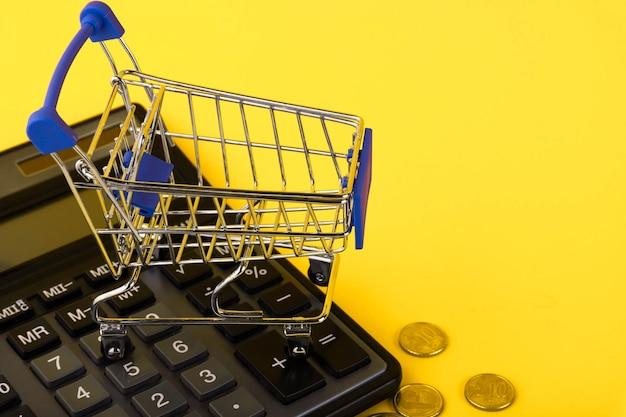 Carrello della spesa. concetto di acquisto online. e-commerce, sfondo giallo. copia spazio.