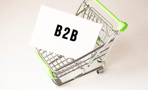 Carrello e testo b2b su carta bianca