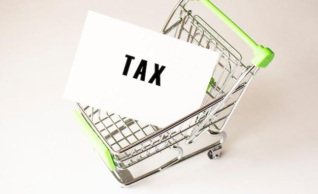 Carrello della spesa e testo fiscale su carta bianca