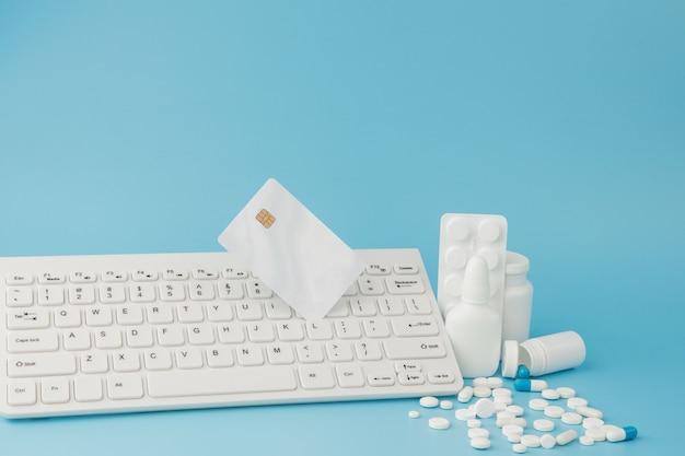 Giocattolo del carrello della spesa con medicamenti e tastiera.
