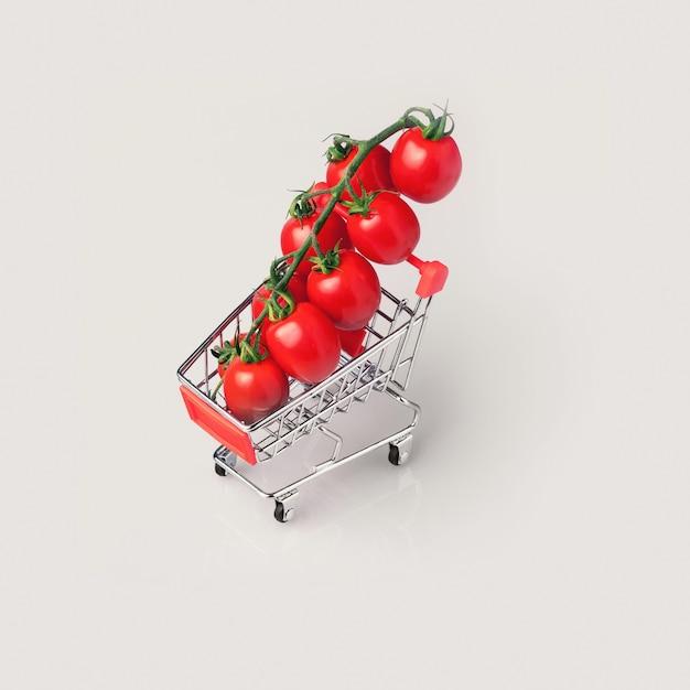 Carrello della spesa con pomodorini