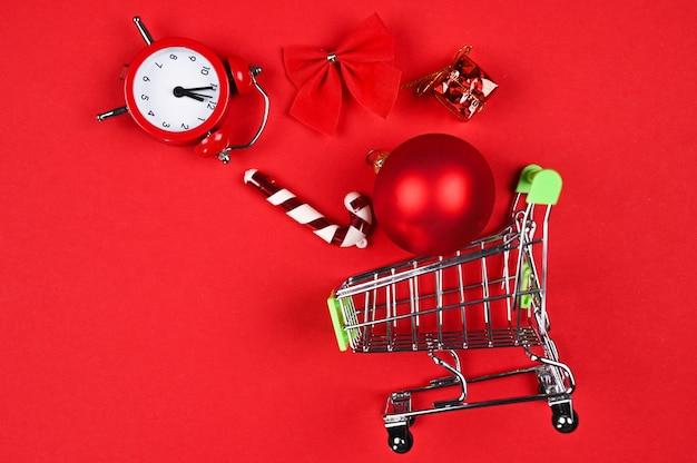 Carrello con decorazioni natalizie e orologio