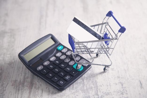 Carrello con carta di credito e calcolatrice.