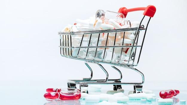 Un carrello della spesa con le medicine