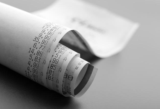 Controllo degli acquisti con i prezzi su una stampa del rotolo di cassa