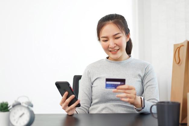 Concetto di shopping online una donna che acquista si diverte a scegliere e acquistare prodotti in un negozio online.