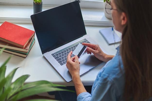 Shopping e pagamento online per acquisti tramite laptop e carta di credito. e-commerce.
