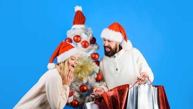 Shopping vendita regali natale concetto natale e capodanno shopping coppia felice shopping per