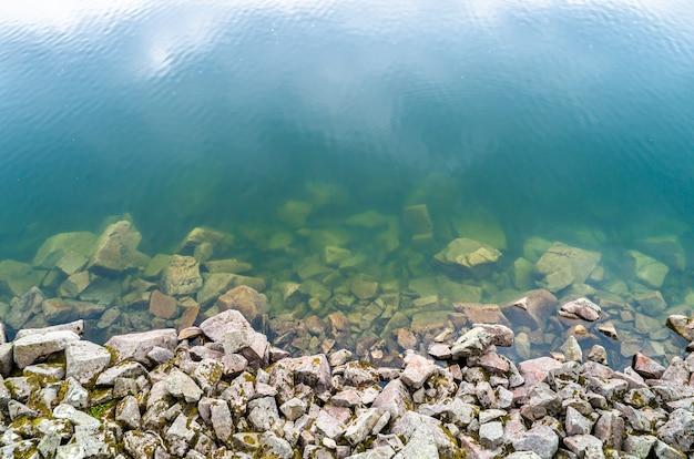 Riva del lac blank, un lago nelle montagne dei vosgi, francia