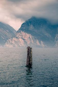 La riva del lago di garda. italia.