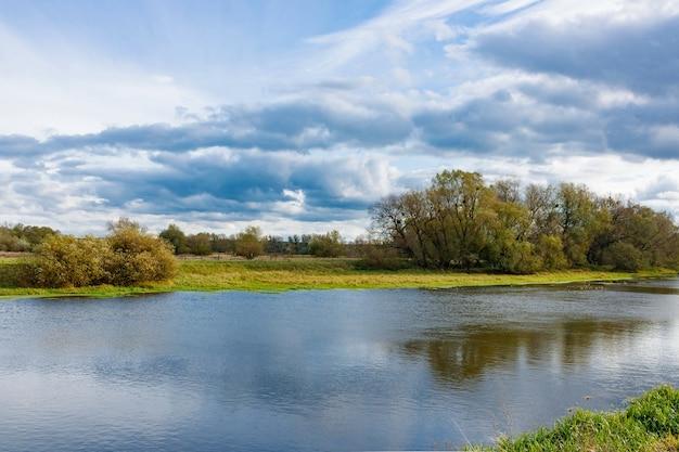 Riva di un piccolo fiume in una giornata autunnale. paesaggio autunnale