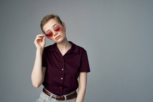 Donna dai capelli corti in uno sfondo isolato stile classico camicia rossa. foto di alta qualità