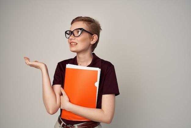Donna dai capelli corti con occhiali moda vista ritagliata. foto di alta qualità