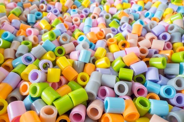 Brevi pezzi di tubo di plastica impilati uno sopra l'altro.