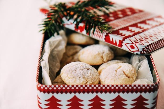Biscotti di natale di pasta frolla in una scatola di latta festosa regali commestibili per la famiglia e gli amici