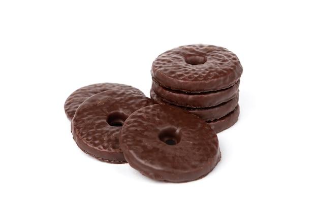 Biscotti di pasta frolla in glassa di cioccolato isolato su sfondo bianco.