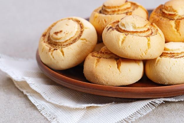 Biscotti di pasta frolla sotto forma di funghi prataioli biscotti dolci al forno