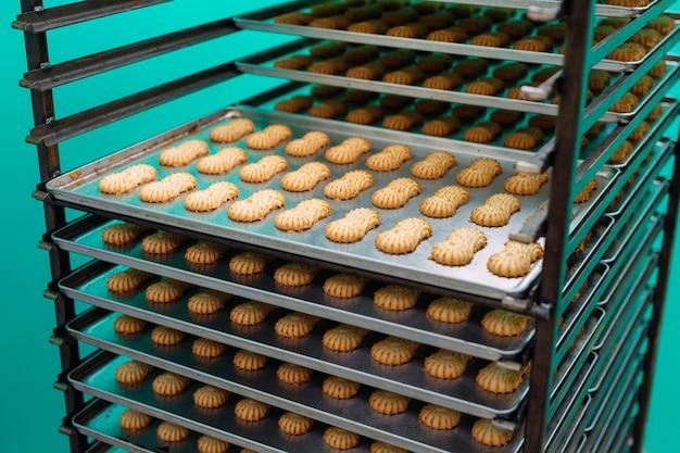 Biscotto al burro-scozzese. produzione di biscotti di pasta frolla presso uno stabilimento dolciario. biscotti di pasta frolla su una griglia di metallo dopo la cottura in forno.