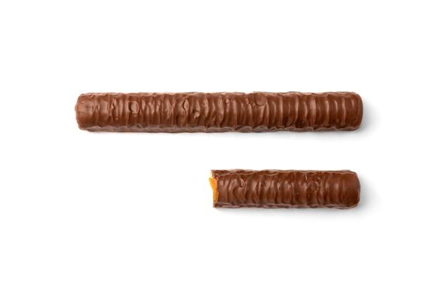 Bastoncino di pasta frolla con caramello al cioccolato isolato su bianco.