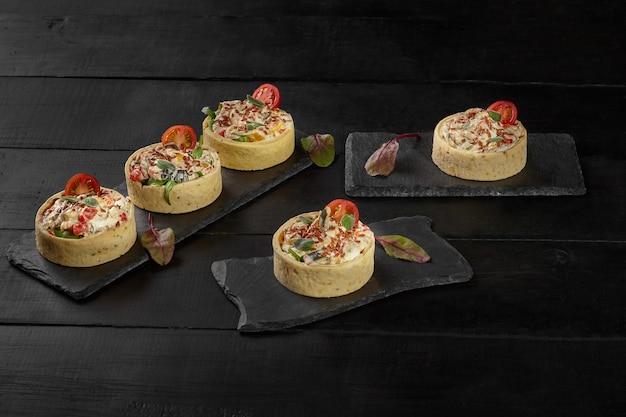 Tartellette di pasta frolla ripiene di crema di formaggio e verdure al forno