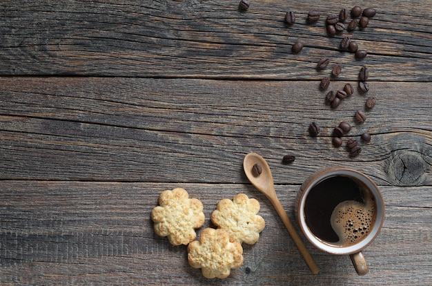 Frollini con scaglie di cocco e tazza di caffè