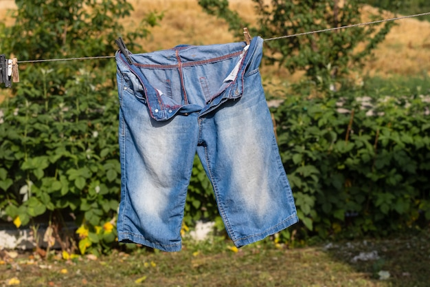 Pantaloncini asciutti dopo il lavaggio, appesi alla corda