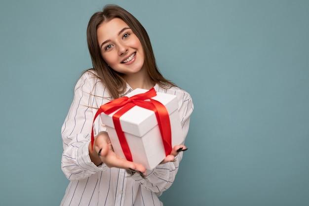 Colpo di giovane donna bionda scura sorridente positiva attraente isolata