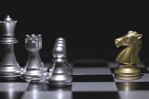 Colpo di scacchiera cavallo dorato in movimento