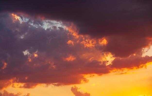 Colpo di dettaglio del tramonto arancione del cielo delle nuvole in estate