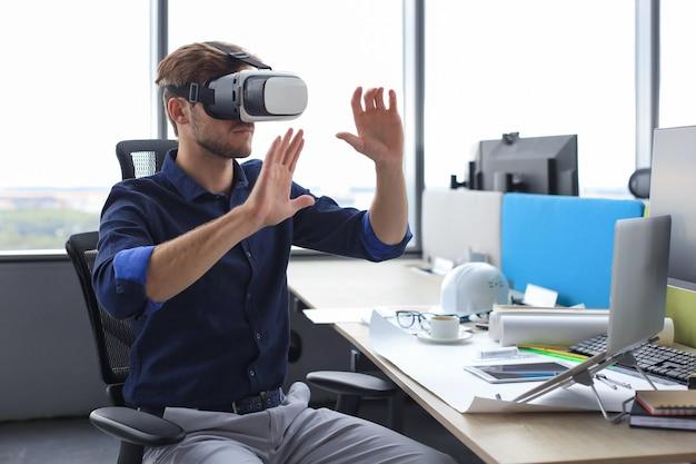 Inquadratura di un ingegnere che indossa un visore vr in un nuovo edificio. cambia il modo in cui vedi e vivi il mondo.