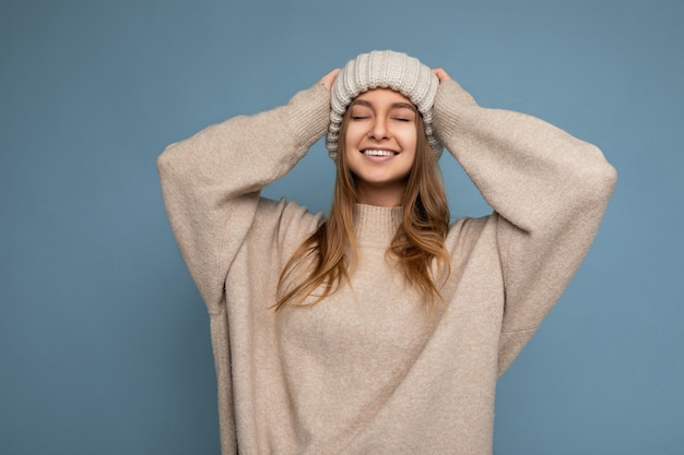 Colpo di affascinante donna bionda scura adulta sorridente felice